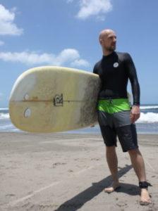 Jan von den Travel Dvootes mit Surfbrett