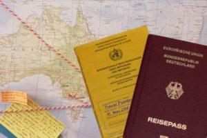 Impfausweis und Reisepass der Travel Dvootes auf Weltkarte