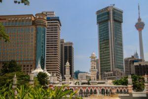 Die Sultan Abdul Samad Mosque vor der Skyline von Kuala Lumpur