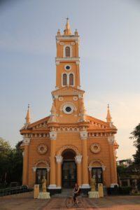 Die Saint Joseph Church in Ayutthaya, vor der Maria mit dem Fahrrad ihre Runden dreht.