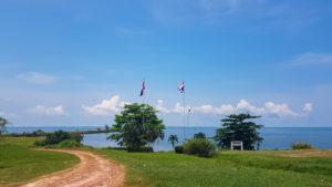 Niemandsland Grenze zwischen Thailand und Kambodscha mit Flaggen