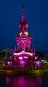 pink angeleuchtete Standuhr in Chiang Rai