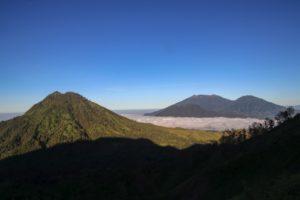 Blick über Vulkane und Berge auf dem Rückweg vom Ijen
